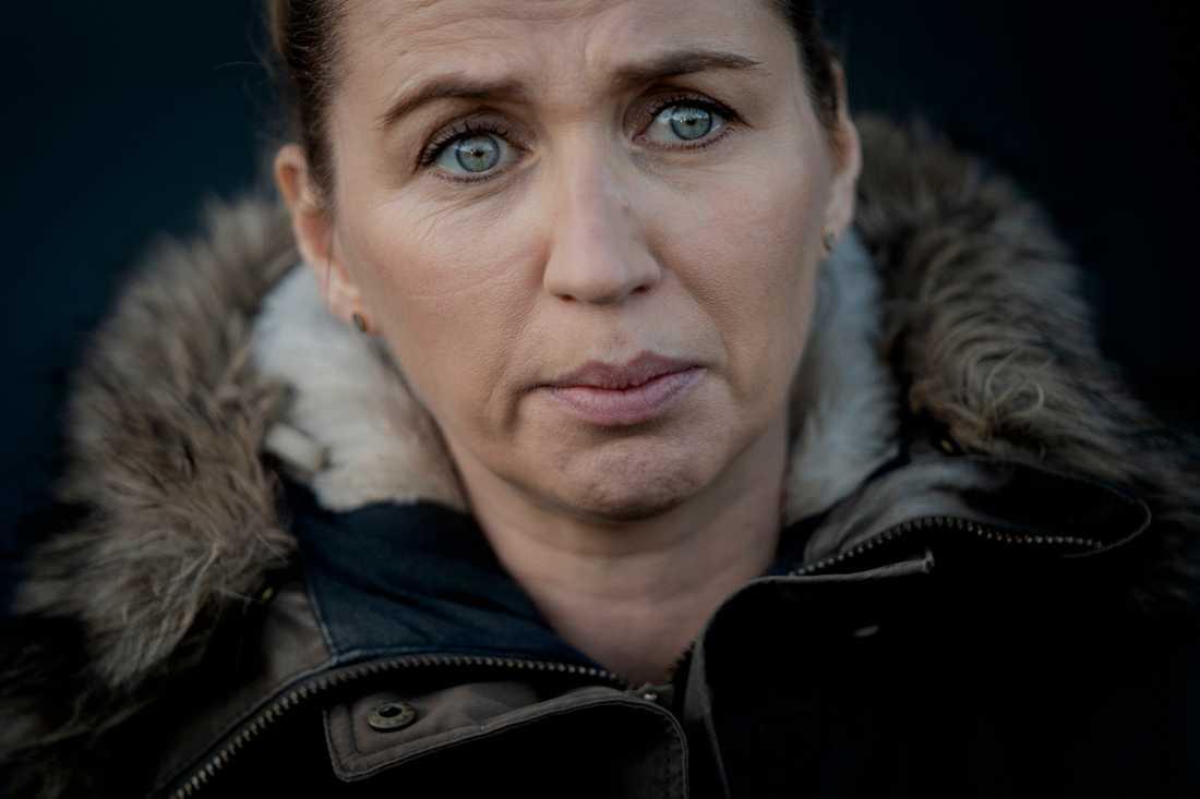 Danmarks statsminister Mette Frederiksen efter att ha besökt en minkfarmare som tvingats avliva runt 25000 minkar.