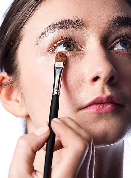 3. Applicera samma skugga längs ögats underkant. Gå sedan över alla kanter med en rundad toningsborste för att slippa skarpa linjer.