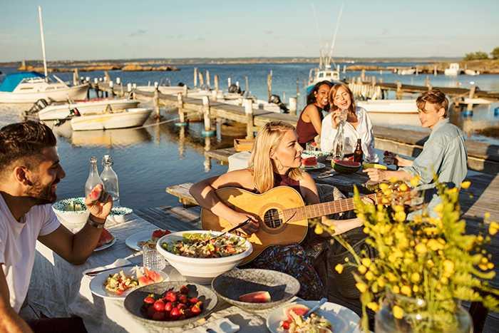 Vi vet redan att många svenskar spenderar semestern med att slappna av i solstolen och ofta till musik, så vi ville veta vad de lyssnar på.