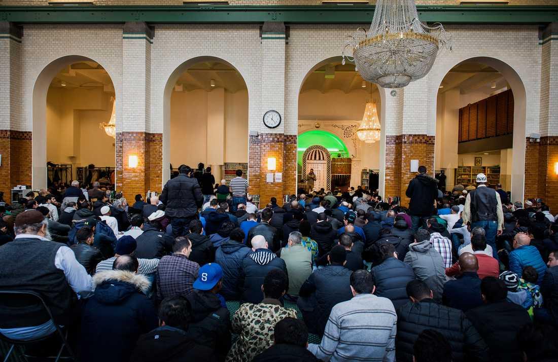 Fredagsbön i Stockholms moské.
