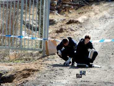 Polisen säkrar spår Ett stort område spärrades av vid fyndplatsen och här säkrar tekniker spår.