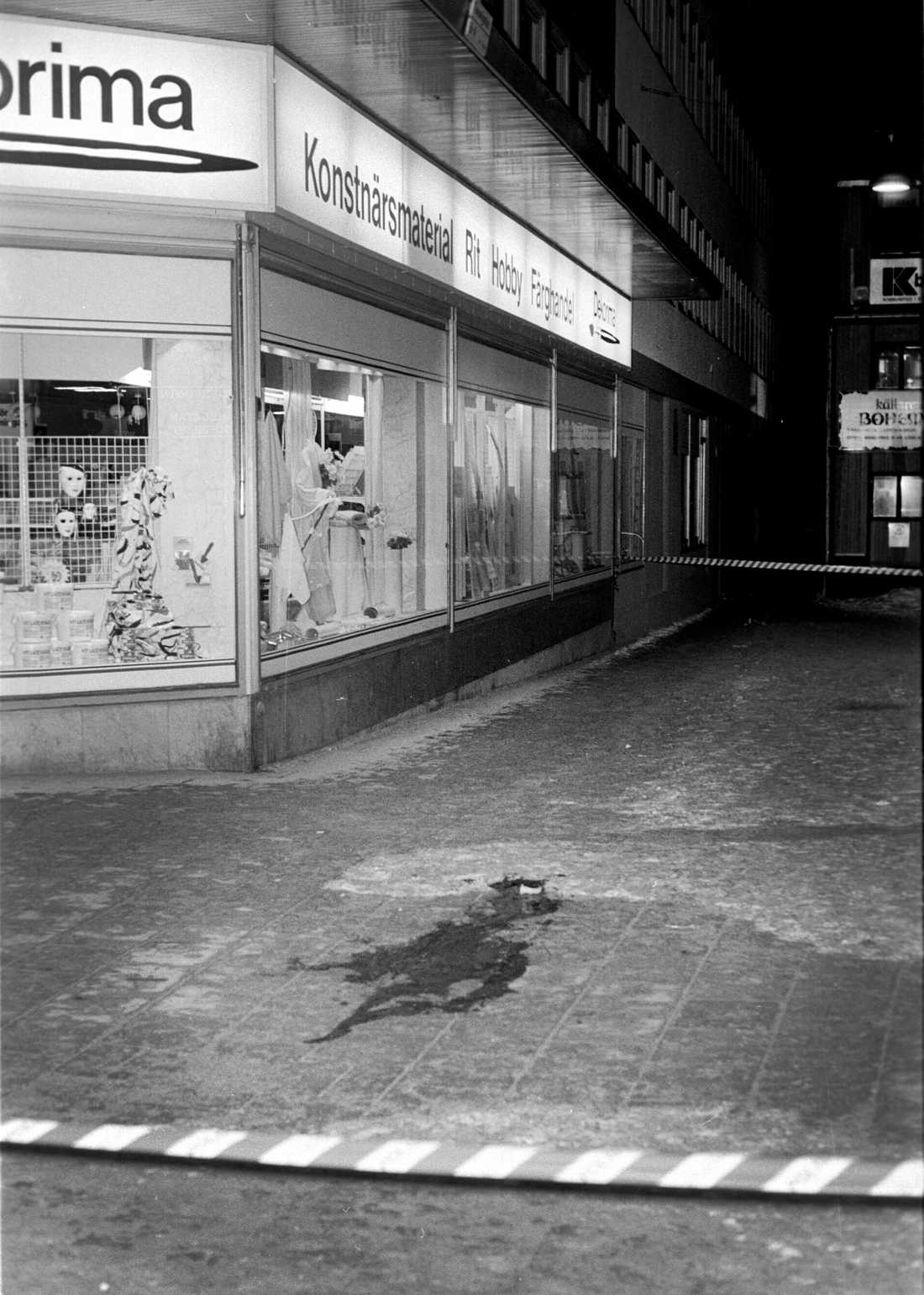 Bilder tagna vid mordplatsen på Sveavägen direkt efter mordet.