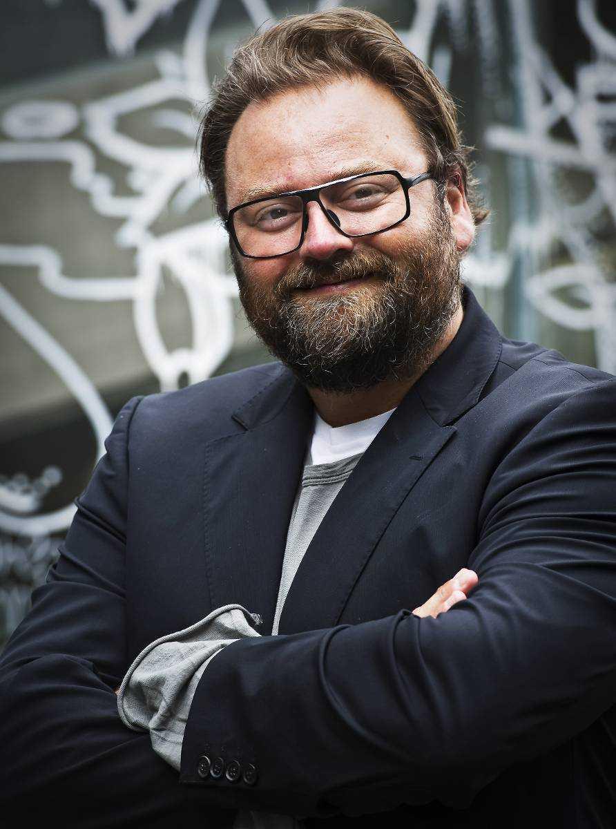 """Adam Alsing, programledare för """"Sveriges värsta kändisbilförare""""."""