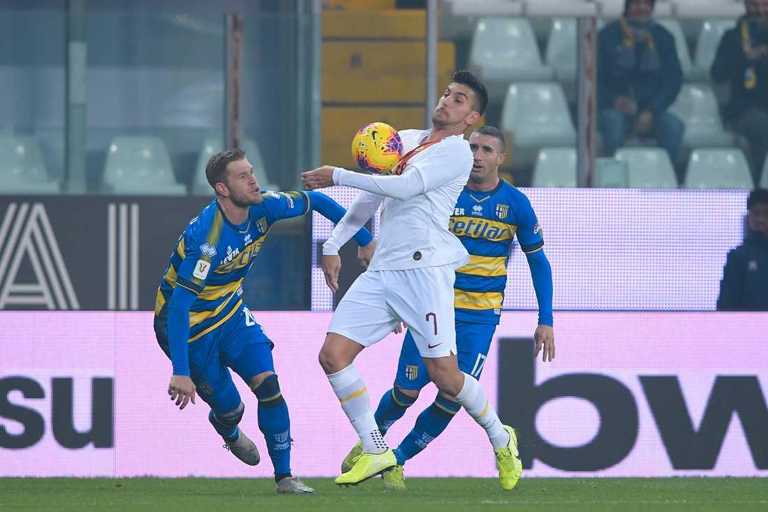 Romas Lorenzo Pellegrini, i vitt, blev tvåmålsskytt i cupmötet med Parma. Till vänster synhs svenske landslagsmannen Riccardo Gagliolo.