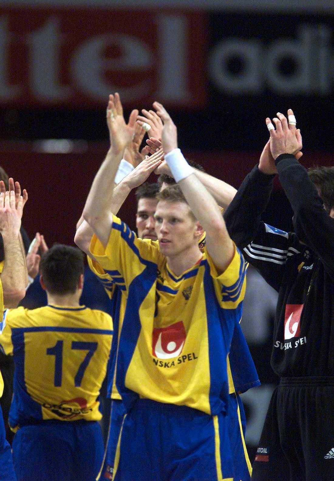 Jonas Ernelind dog i går. Den förre handbollsspelare blev 34 år. Här är han under VM 2001 när han och det svenska landslaget lyckades vinna VM-silver.