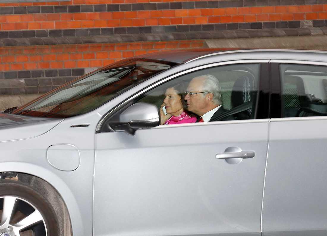 Kungen och Silvia kommer till Hovstallet för att träffa Madeleine, Leonore och Chris.