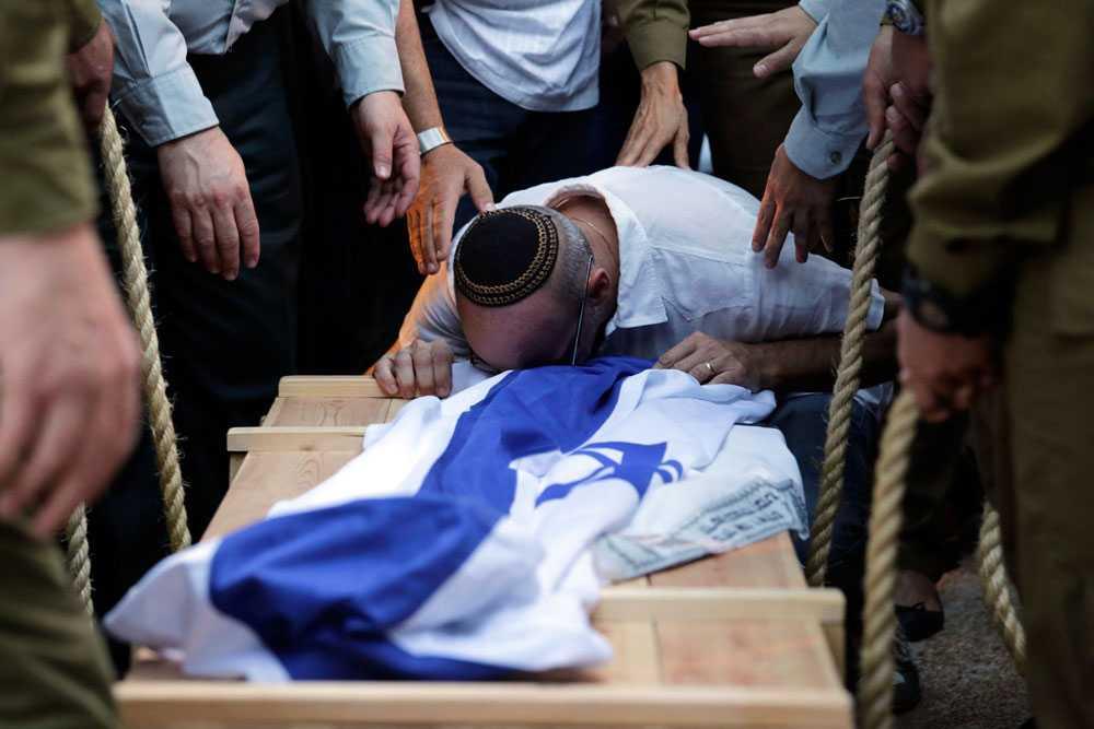 En släkting till israeliske soldaten Jordan Ben-Simon sörjer under Ben-Simons begravning den 22 juli. 31 israeler har dött sedan början av månaden, 29 av dem soldater.