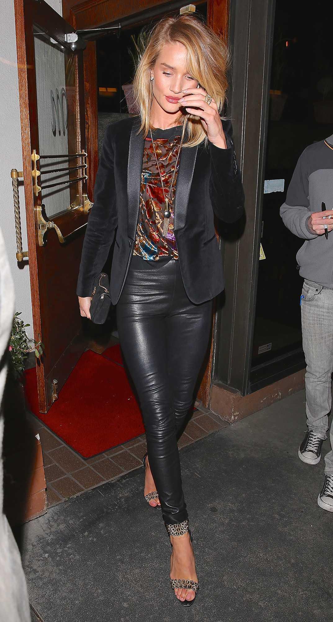 Rosie Huntington-Whiteley Rosie är rockigt elegant i skinnbyxor och skräddad kavaj.