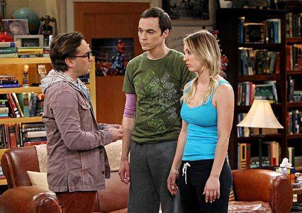 "Kaley Cuoco med Johnny Galecki och Jim Parsons i ""The big bang theory""."