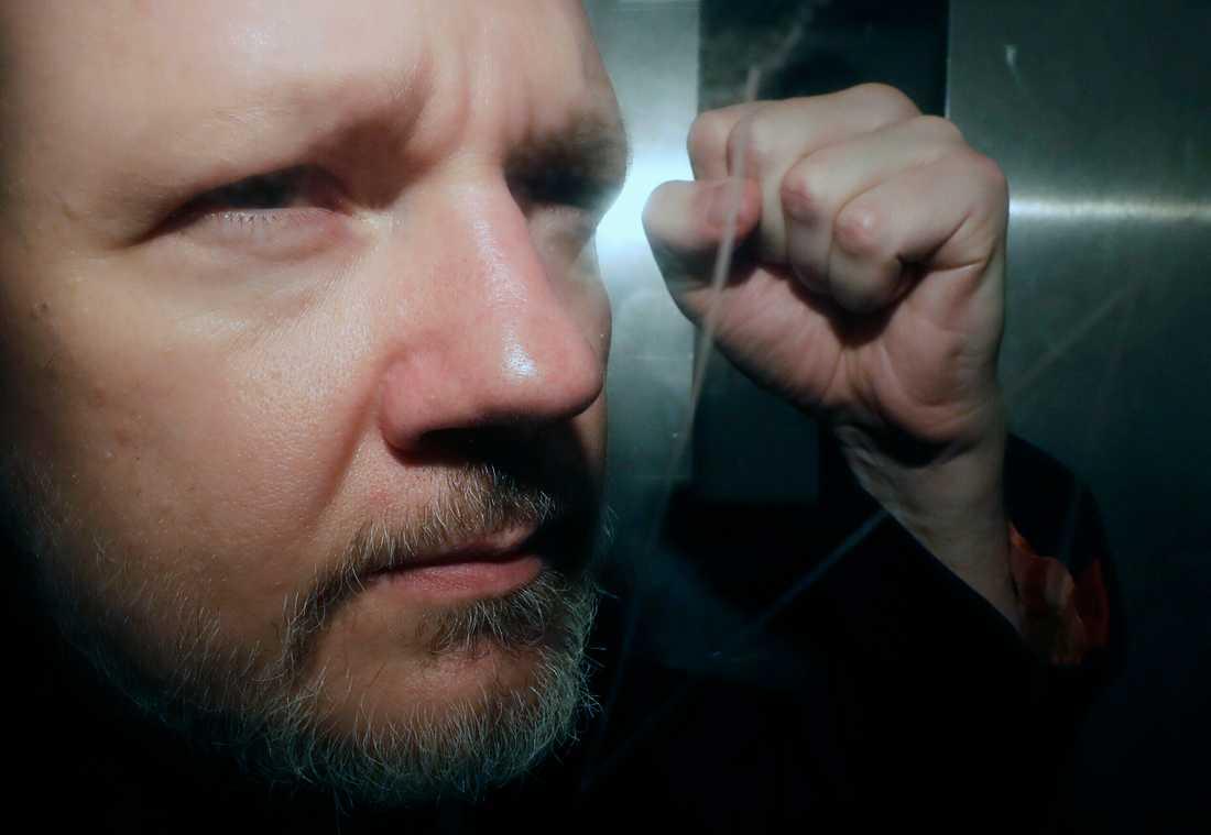 Julian Assange på väg från domstol i London tidigare i maj. Arkivbild.