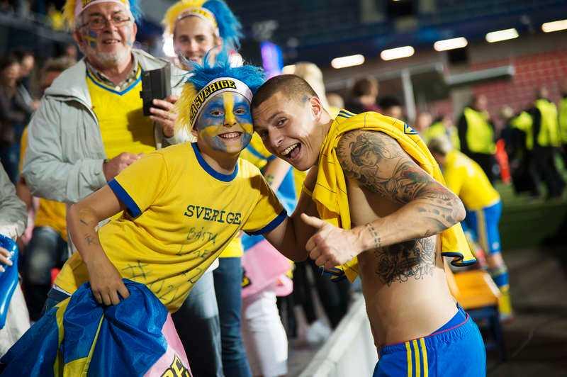 En glad supporter med en lika glad Victor Nilsson Lindelöf.