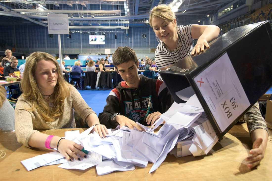 En låda med röstsedlar töms vid Titanic Exhibition Centre i Belfast, Nordirland.