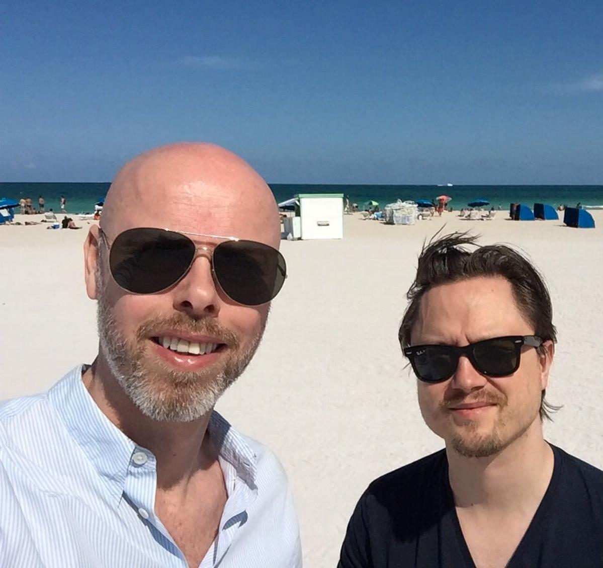 Två muppar på en strand. Anders Nunstedt och Markus Larsson på South Beach i Miami i samband med Beyoncés turnépremiär 2016.