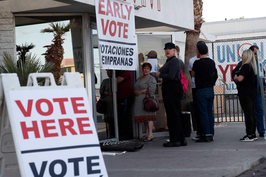 Väljare köar för att förtidsrösta i Nevada, där Demokratiska partiet håller nomineringsmöten på lördag.
