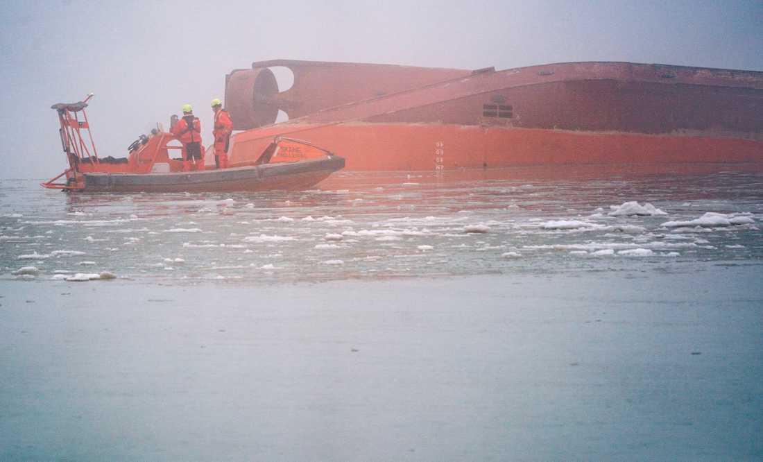 Det kapsejsade arbetsfartyget Margrethe Fighter flyter upp och ner mitt i Trelleborgs hamn. Arkivbild.