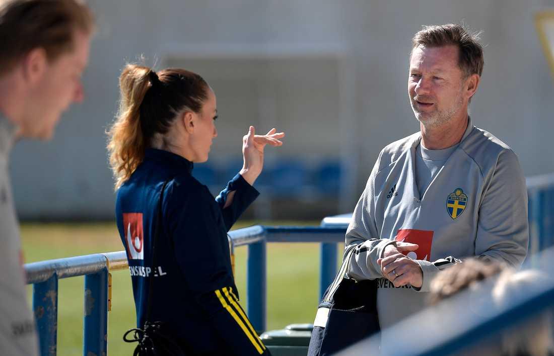 Förbundskapten Peter Gerhardsson fortsätter att jobba med Kosovare Asllani och de andra spelarna i det svenska fotbollslandslaget. Arkivbild.