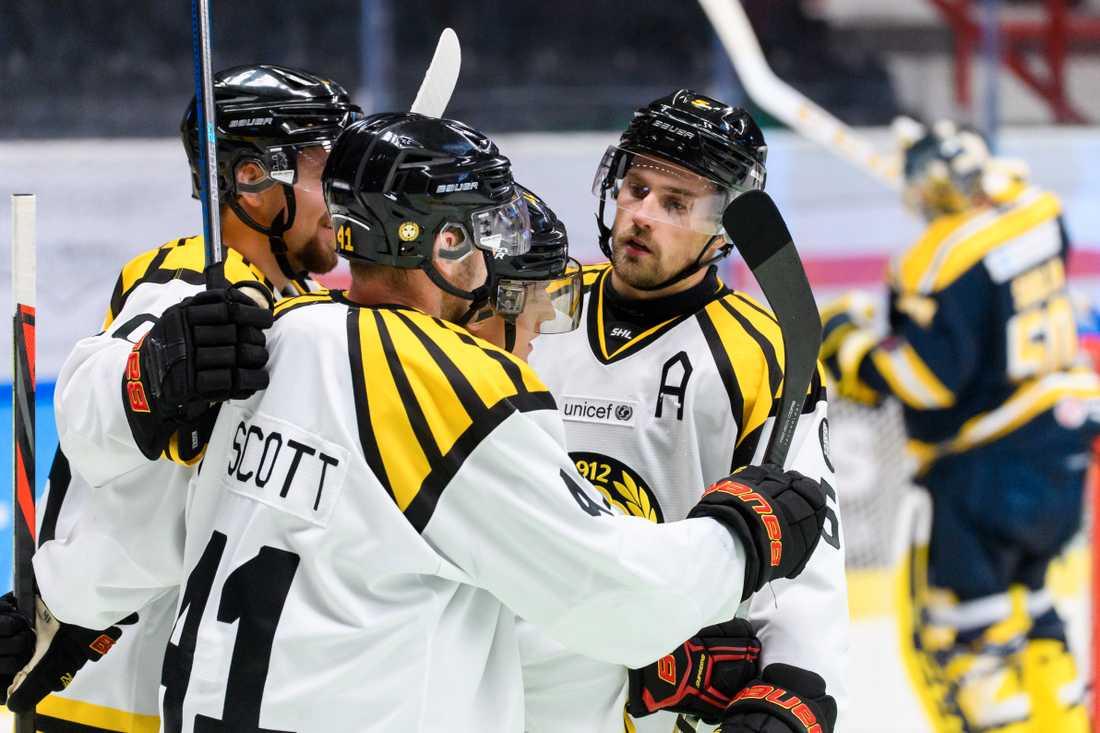 Brynäs Samuel Asklöf jublar efter 1-2 under ishockeymatchen i Skoda Trophy mellan Södertälje och Brynäs.