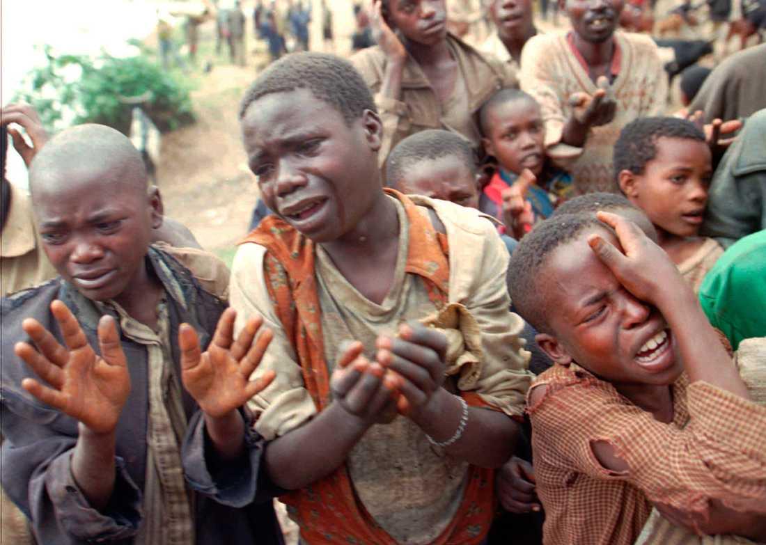 Inbördeskriget i Rwanda 1994. Tre rwandiska barn ber om att få korsa gränsen till dåvarande Zaire.