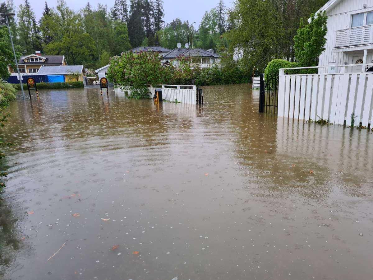 I Glömsta i Huddinge ligger minst 40 centimeter vatten på vägarna.