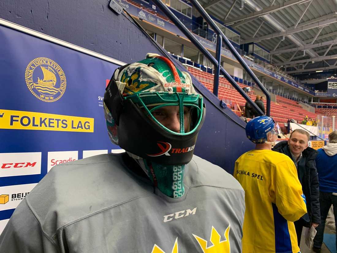 Christoffer Rifalk tränade med Stefan Ladhes skräckmask på träningen.