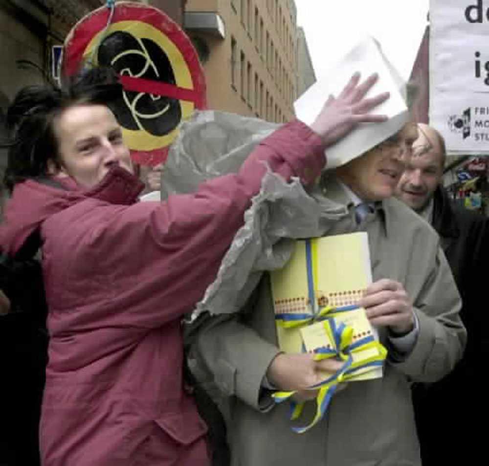 "2001 Bosse Ringholm tårtas av en slyngel från ""Stockholms tårtbrigad""."