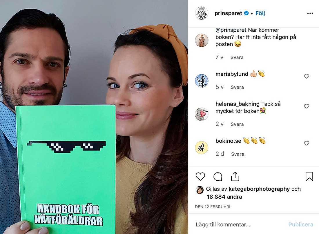 """När prinsessan Sofia och Carl Philip lanserade sin bok """"Handbok för nätföräldrar"""" bar Sofia ett diadem från Lindex som kostar 79,90 kronor."""