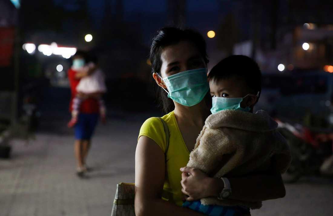 En kvinna och hennes barn med ansiktsmasker i Brastagi, norra Sumatra.