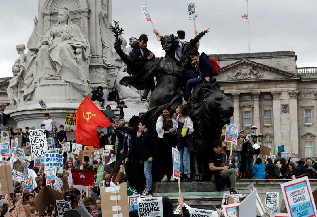 Hundratusentals skolungdomar över hela världen strejkade på fredagen för klimatet. Här i London, England.
