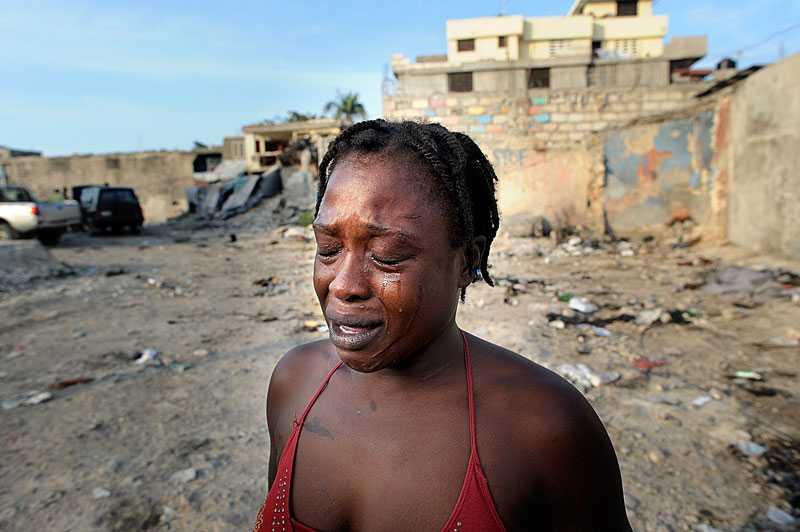 förlorade mor och dotter Darlene, 31, förlorade både sin mor och sin dotter i jordbävningen i Haiti för ett år sedan. Nu tvingas hon sälja sex för att få pengar till mat. Män betalar runt 20 kronor var för att ha sex med henne.