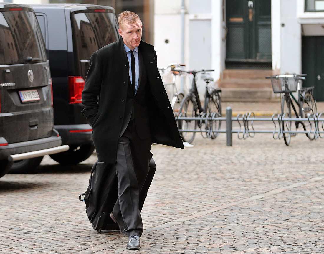 Åklagaren Jakob Buch-Jepsen kommer till dagens förhandlingar.