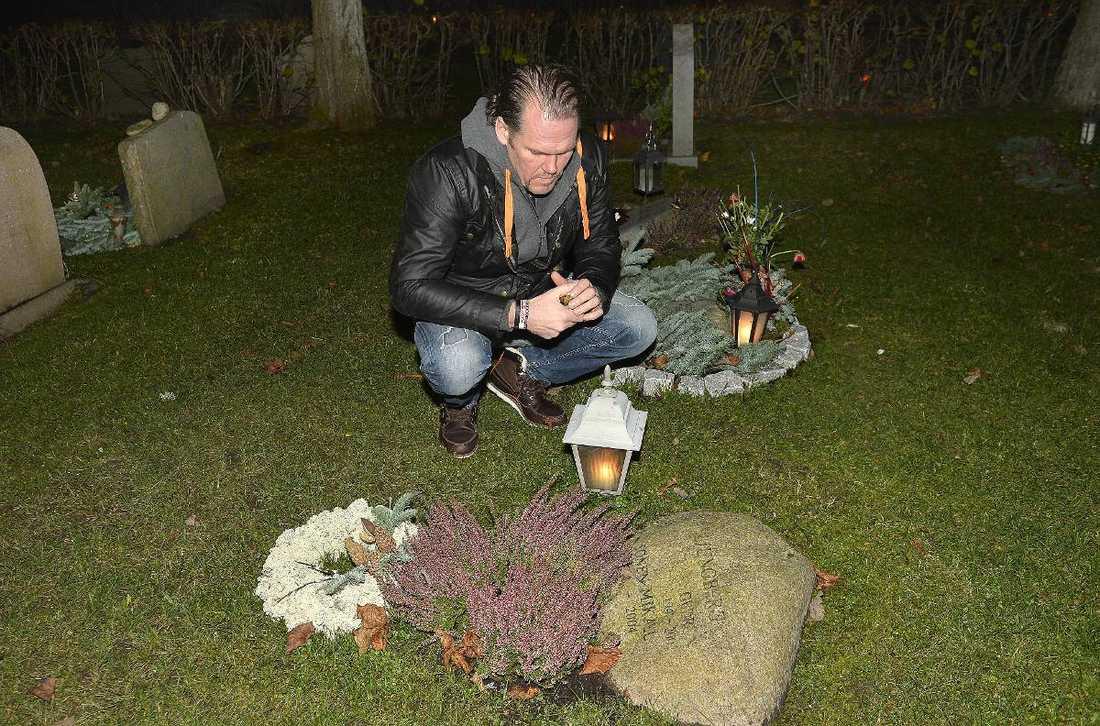 """VID GRAVEN Jonas Ljungberg, bror till Mikael, besöker graven tio år efter självmordet. """"Jag vet att Mikael inte gjorde det här för att skada familjen. Han gjorde det för att han mådde dåligt och såg det som sin enda utväg"""", säger Jonas Ljungberg"""