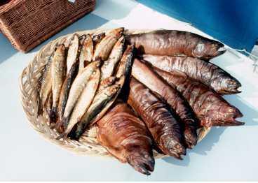 BÖCKLING, RÖKT SKINKA OCH RÖKT LAX Här är några av svenskarnas mest älskade läckerheter som kan stoppas av EU. Anledningen är att den rökta maten innehåller PAH - ett cancerframkallande gift.