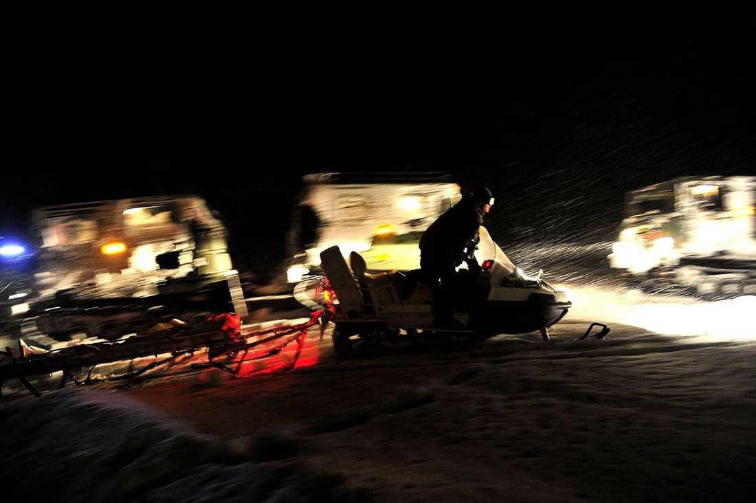 Strax efter tre i natt gav sig den tio man starka sökgruppen ledda av fyra alpinguider ut för att fortsätta söka av ett tio kvadratkilometer stort område