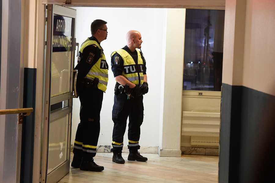 Samtliga män fick passera bakom en glasruta på väg av färjan i Värtahamnen.