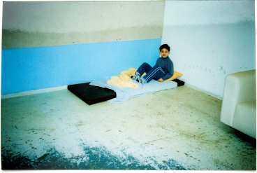 autistisk Föräldrarna hittade sin son på en madrass i skolans källare. Innan de tog honom därifrån fotograferade de honom. Bilden finns med i deras anmälan till Skolverket - som nu riktar kraftig kritik mot Malmö kommun.