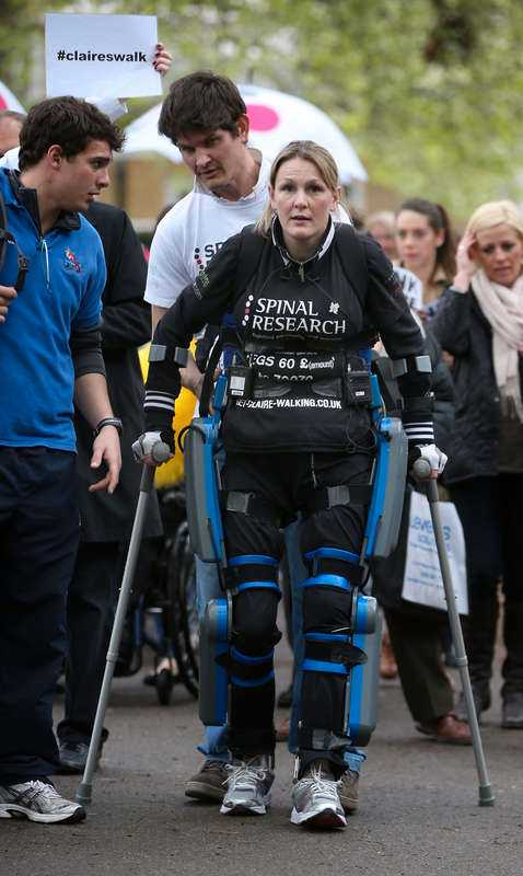 """Claire Lomas Efter 16 dagar lyckades den 32-åriga förlamade kvinnan ta sig i mål i London Marathon, med hjälp av en specialtillverkad så kallad """"bionic suit"""". Dräkten är byggd för att människor utan fungerande ben ska kunna gå. Efter målgång fick Lomas en trofé av arrangören för sin osannolika insats."""