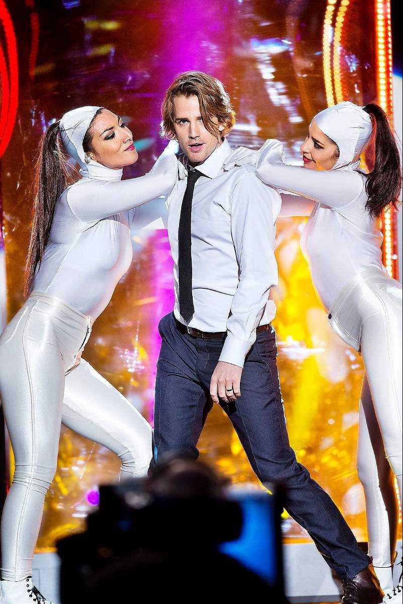 I HÄNDELSERNAS CENTRUM Martin Rolinski själv slipper kladdet i yoghurtburen. Det är värre för hans dansare.