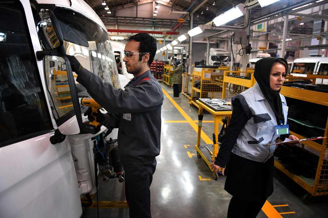 Personal på Scaniafabriken utanför Teheran.