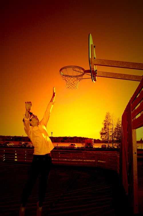 """Leker lite vid en basketplan en sommarkväll"""