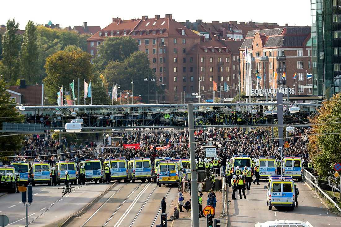 Polis stoppar motdemonstranter vid Nordiska motståndsrörelsens (NMR) demonstration på lördagen.