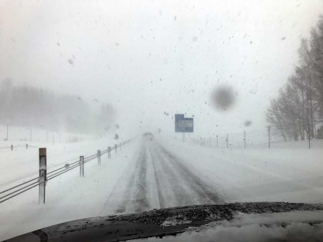 Snö och dålig sikt på E22 vid Gusum.