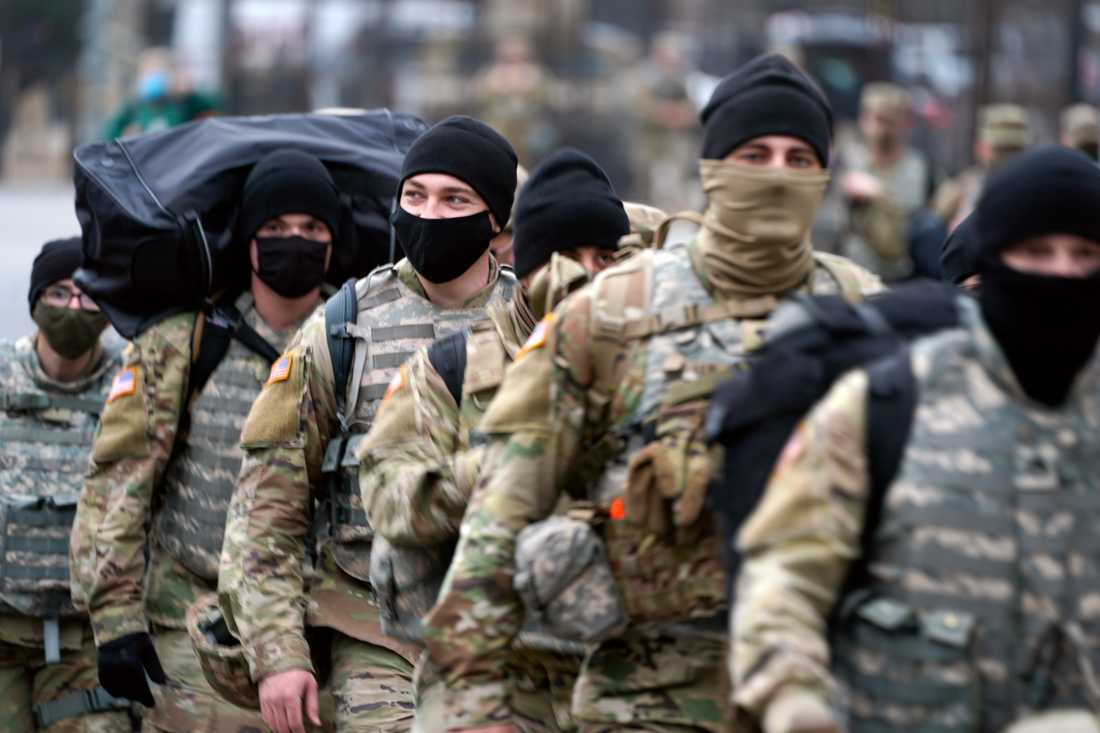 Soldater ur nationalgardet vid Kapitolium i Washington DC på söndagen.