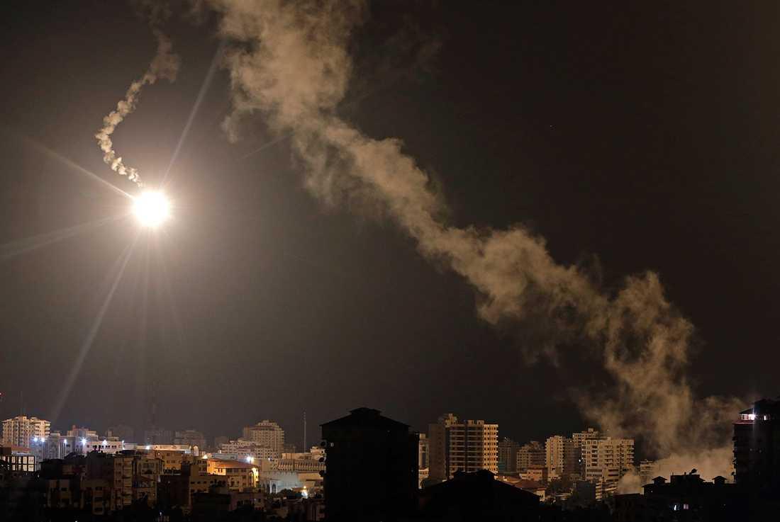 En lysgranat över Gazas himmel.