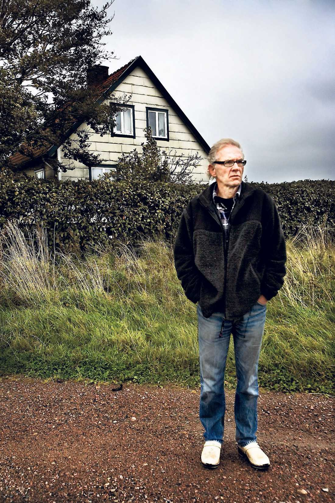 Konstnären Lars Vilks utanför sin bostad i norra Skåne.