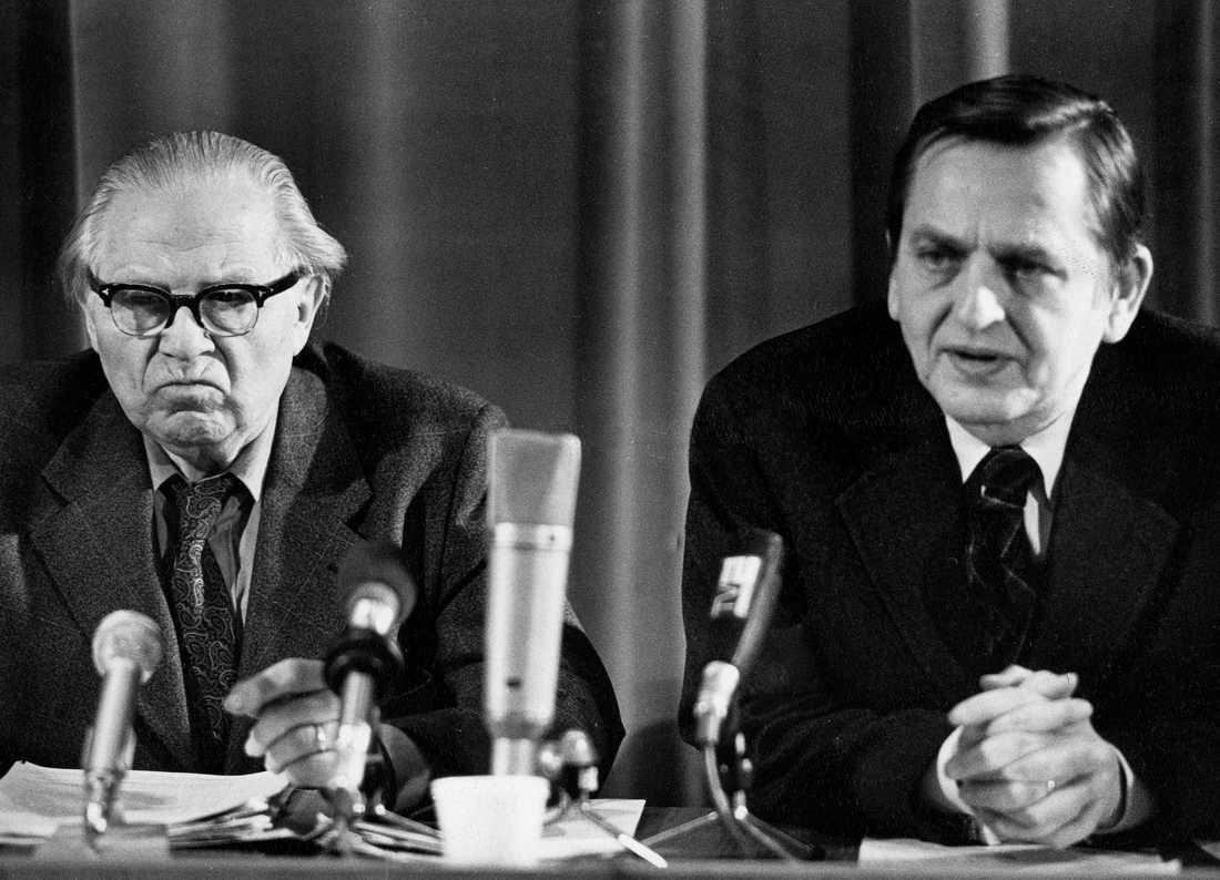 Gunnar Sträng, finansminister i 21 år, tillsammans med Olof Palme.  Bilden är tagen under en presskonferens 1976.