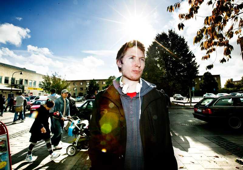 David Johansson, 21, bor egentligen i Bromsten men kommer ofta till Rinkeby för folklivet och inte minst för sin kebab. Han säger att han brinner inombord av ilska på grund av valresultatet. –Att Sverigedemokraterna ska komma och bestämma vad som är svenskt eller inte.....det är sjukt.