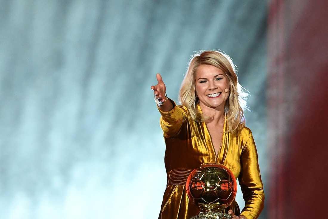 Ada Hegerberg är den första kvinnan som fått ta emot det presitgefulla priset Ballon d'Or.