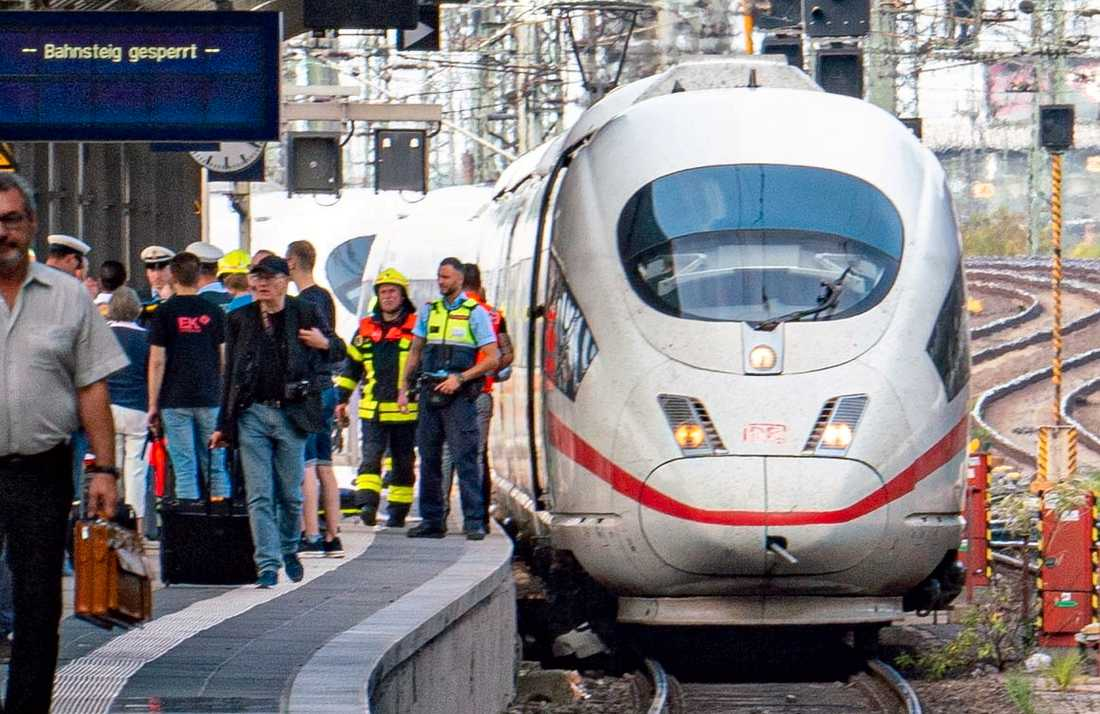 Polis och räddningstjänst på stationen i Frankfurt am Main efter måndagförmiddagens dåd.