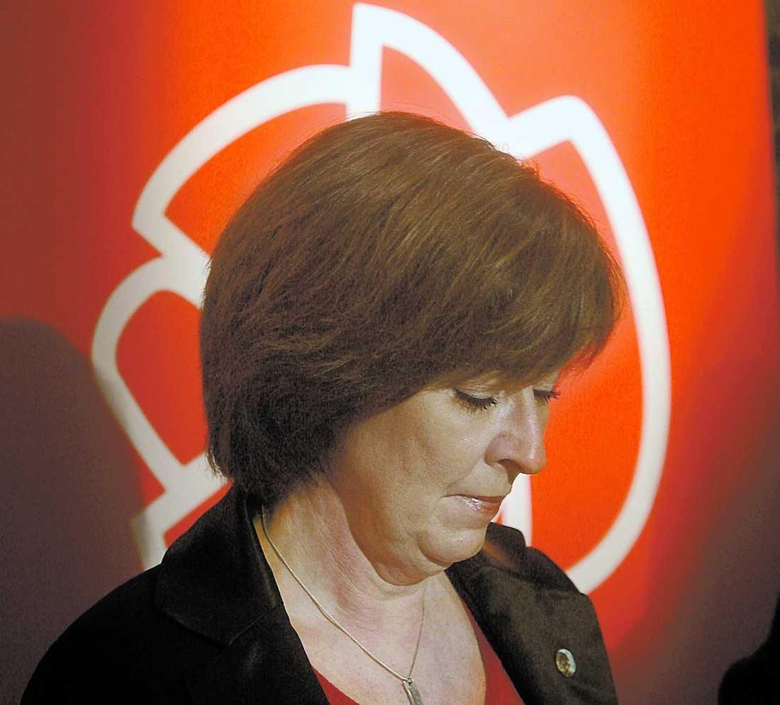 """Hårt pressad Det finns en stark intern kritik mot Mona Sahlin, men ingen tror att hon tvingas att avgå. """"En socialdemokratisk partiledare sitter i tio år, så är det bara,"""" säger en kritiker."""