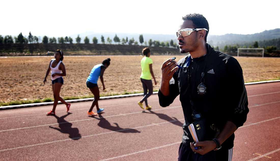 Getachew Mulugeta, tränare för Commarciell Bank of Ethiopia och deras lag. En av dem som tränar här är Abeba Aregawi.